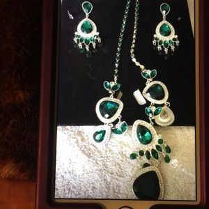 COSTUME JEWELRY GREEN/SILVER EARRING/NECKLACE